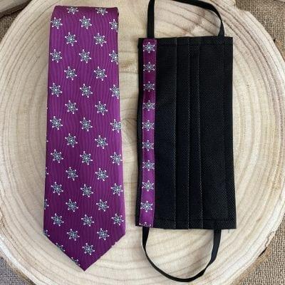 conjunto de corbata y mascarilla de la Mariquilla de la macarena en color morado. La Casa DelCofrade