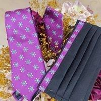 Corbata y mascarilla cofrade Mariquilla macarena en fondo morado