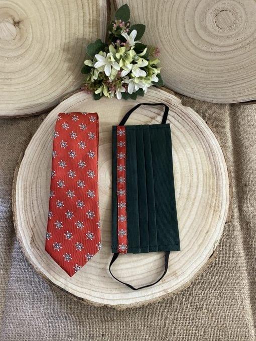 Corbata roja con la Mariquilla Macarena y mascarilla a juego negra. La Casa Del Cofrade