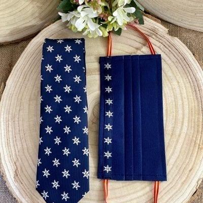 Conjunto de corbata y mascarilla de la Mariquilla Macarena en color blanco sobre azul marino. La Casa Del Cofrade